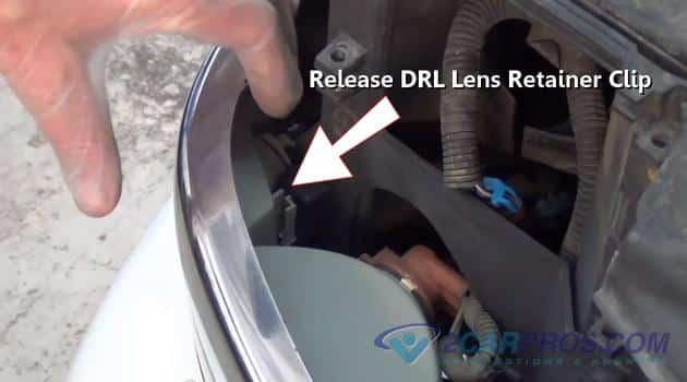Afloje el clip de retención de la lente Drl