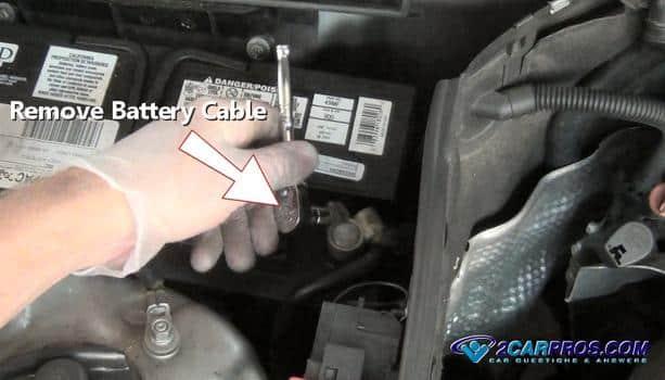 Retire el cable negativo de la batería 4211
