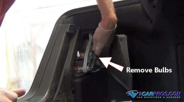 Retire la carcasa de la bombilla de la señal de giro