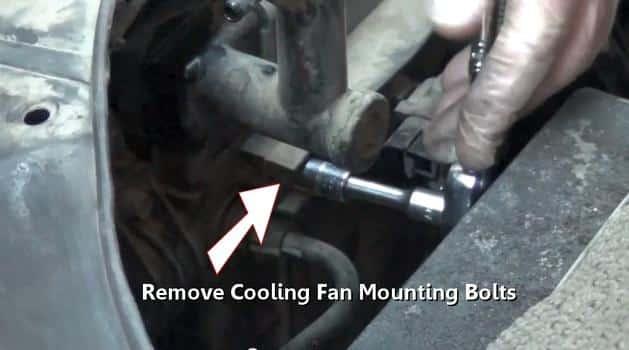 Retirar los tornillos de fijación del ventilador de refrigeración 23