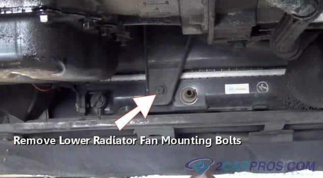 Quite los tornillos de montaje inferiores del ventilador de enfriamiento