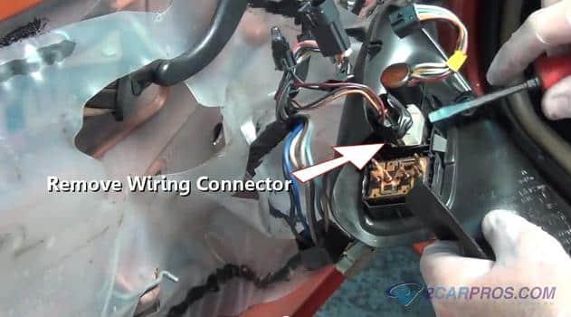 Retire el conector del cable 33
