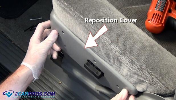 Vuelva a colocar la cubierta lateral del interruptor del asiento