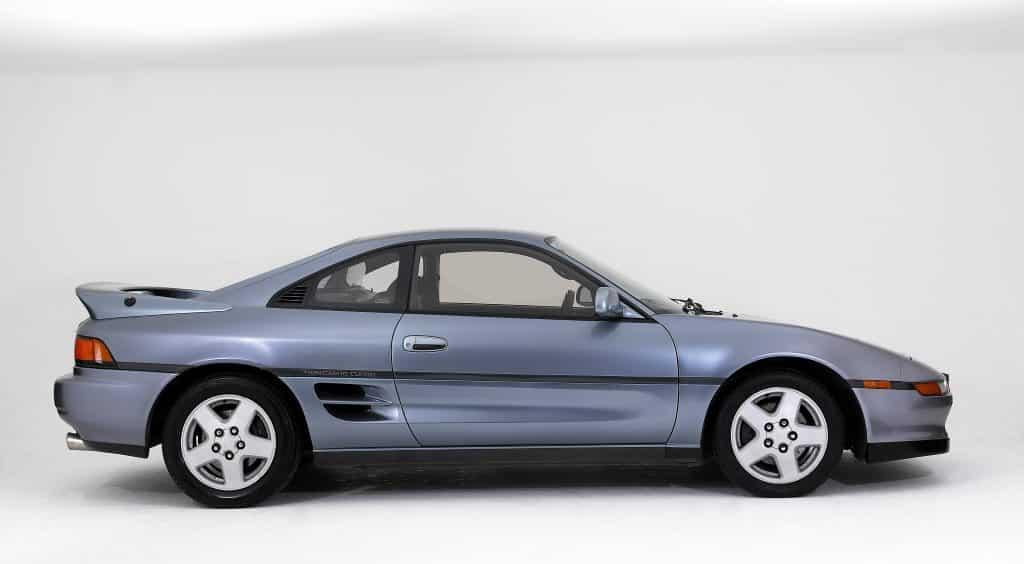 Se exhibe un Toyota MR2 Coupe plateado.