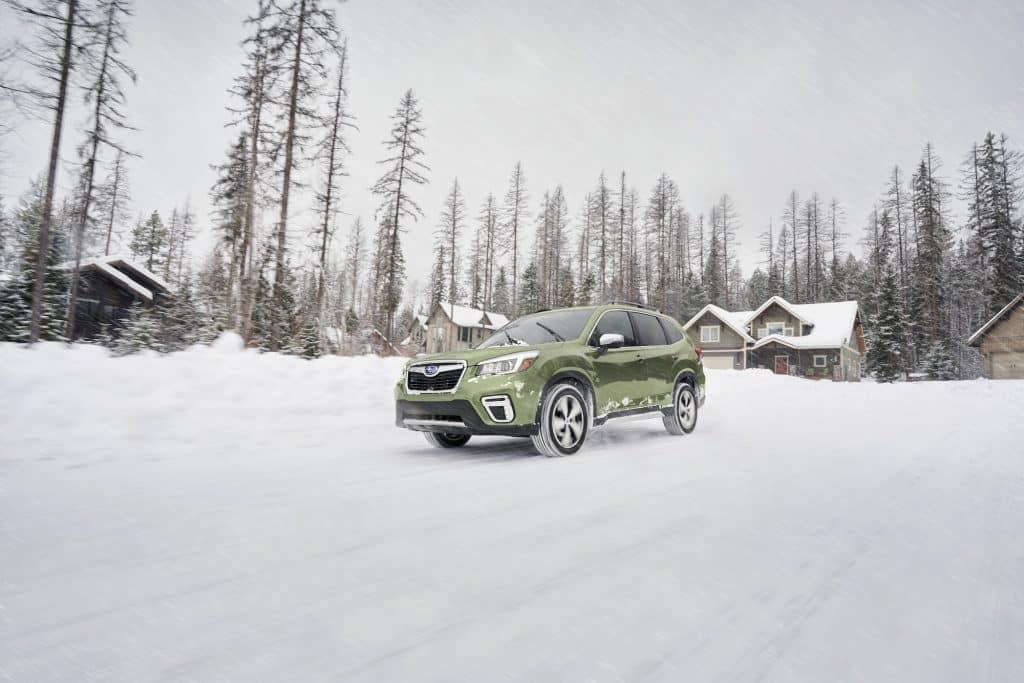 Un Subaru Forester 2020 conduce por la nieve.