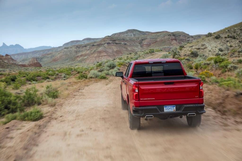 2021 Chevrolet Silverado LT Trail Boss conduciendo por un camino de tierra