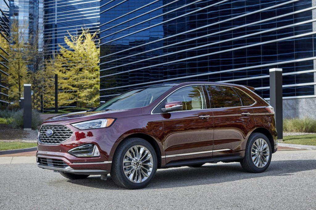 Un Ford Edge 2021 burdeos al aire libre.