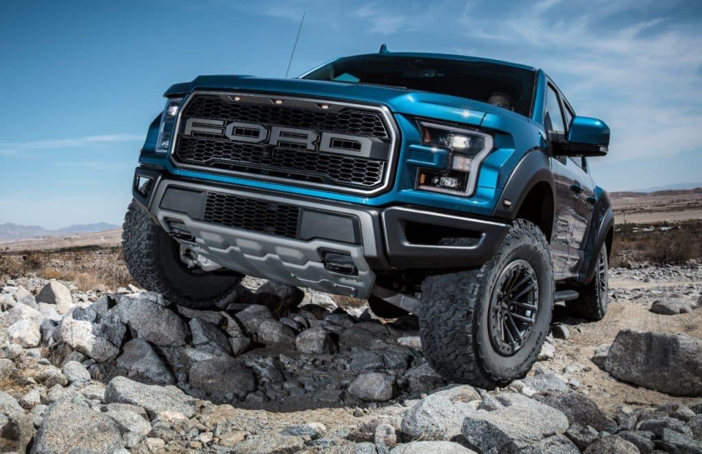 El Ford Raptor conduce sobre escombros