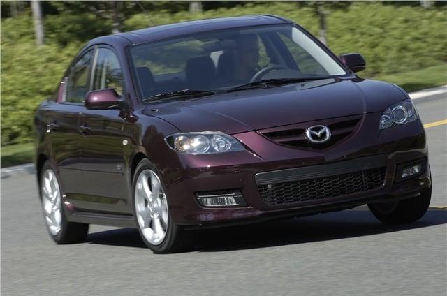 Mazda3 2008 en color morado conduciendo en la carretera